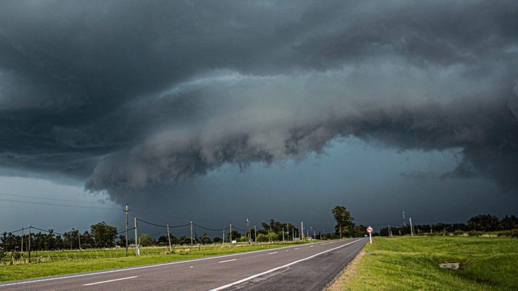 Frente quente vai trazer chuva forte e temporais Corrente de jato intensa em baixos níveis da atmosfera trará ar quente em altitude e gerará a frente quente entre o Rio Grande do Sul e o Uruguai