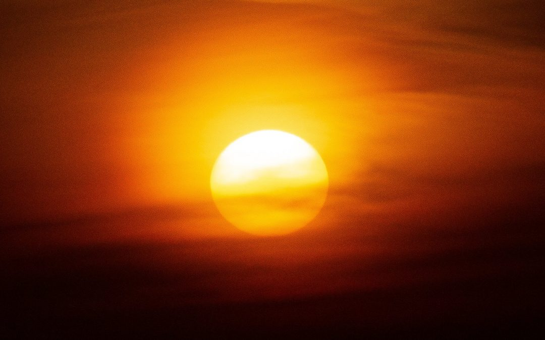 Frente quente trará temporais e forte calor fora de época Sábado será muito quente em parte do Sul do Brasil e já terá risco de temporais em algumas regiões do Rio Grande do Sul