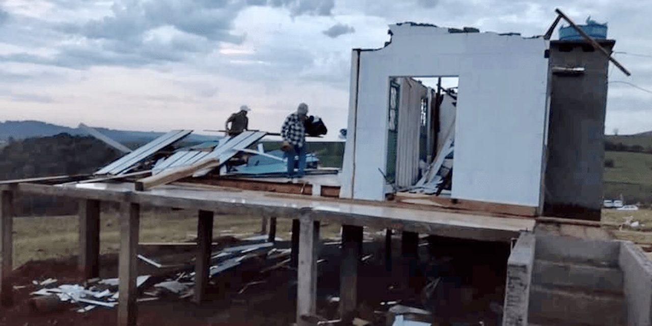 """<span class=""""entry-title-primary"""">Temporais causam destruição no Rio Grande do Sul</span> <h2 class=""""entry-subtitle"""">Vendavais e granizo atingiram o Norte do Estado e houve danos em centenas de residências e prédios </h2>"""