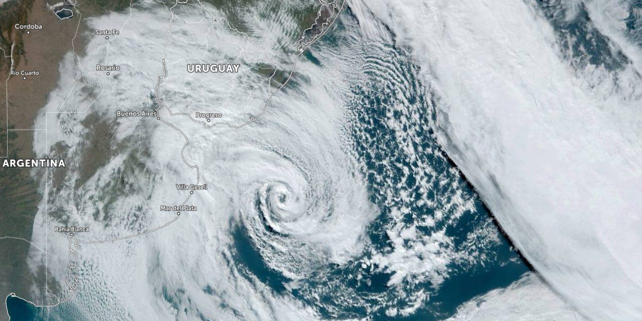 """<span class=""""entry-title-primary"""">Ciclone intenso traz vento forte gelado e aumenta o frio</span> <span class=""""entry-subtitle"""">Sistema está agora na foz do Rio da Prata com muito vento, chuva e frio na região com tendência de se deslocar para Sudeste do Rio Grande do Sul </span>"""