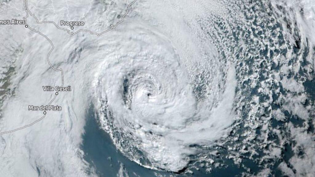 """<span class=""""entry-title-primary"""">Ciclone na costa chama atenção do mundo e suscita polêmica</span> <h2 class=""""entry-subtitle"""">Boletim da agência norte-americana NOAA classificando o ciclone como tropical detonou um debate sobre a natureza do sistema que não oferece riscos graves ao Sul do Brasil e tende a se distanciar do continente </h2>"""