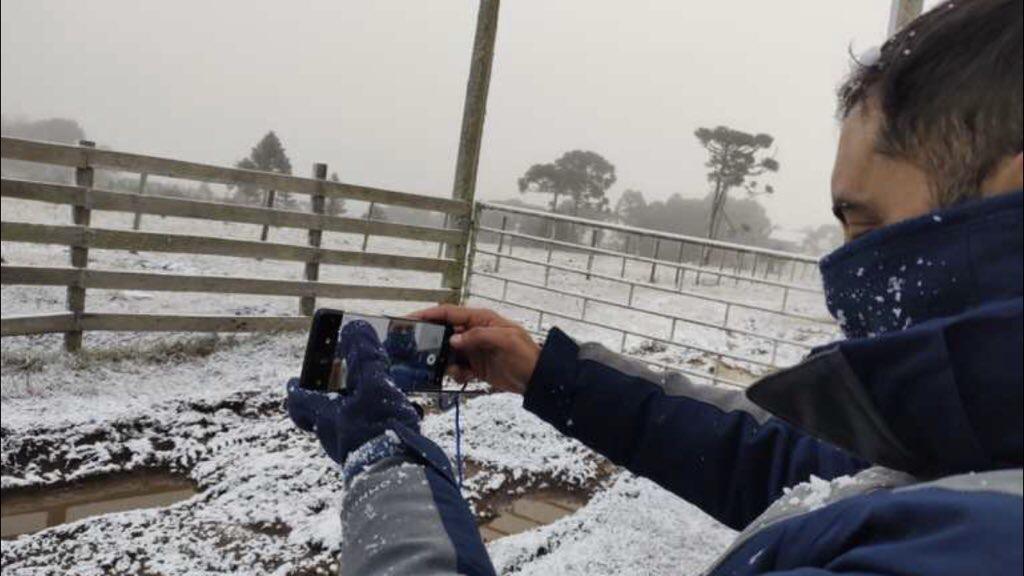"""<span class=""""entry-title-primary"""">Neve cai pelo terceiro dia e acumula em Santa Catarina</span> <h2 class=""""entry-subtitle"""">São Joaquim amanheceu com postais de inverno após uma madrugada de Neve fraca e persistente que acumulou na paisagem serrana </h2>"""