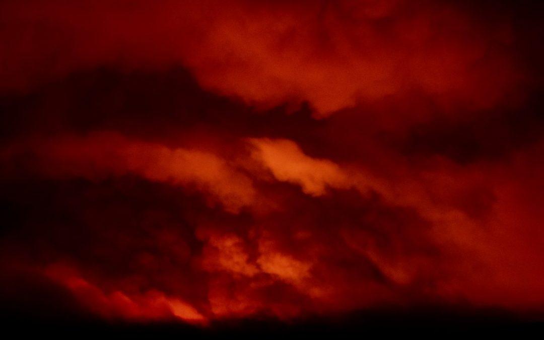 Tempestades de fogo atingem a Costa Oeste americana Enormes incêndios favorecidos por seca excepcional e calor extremo geram tempo severo próprio na Califórnia e Oregon