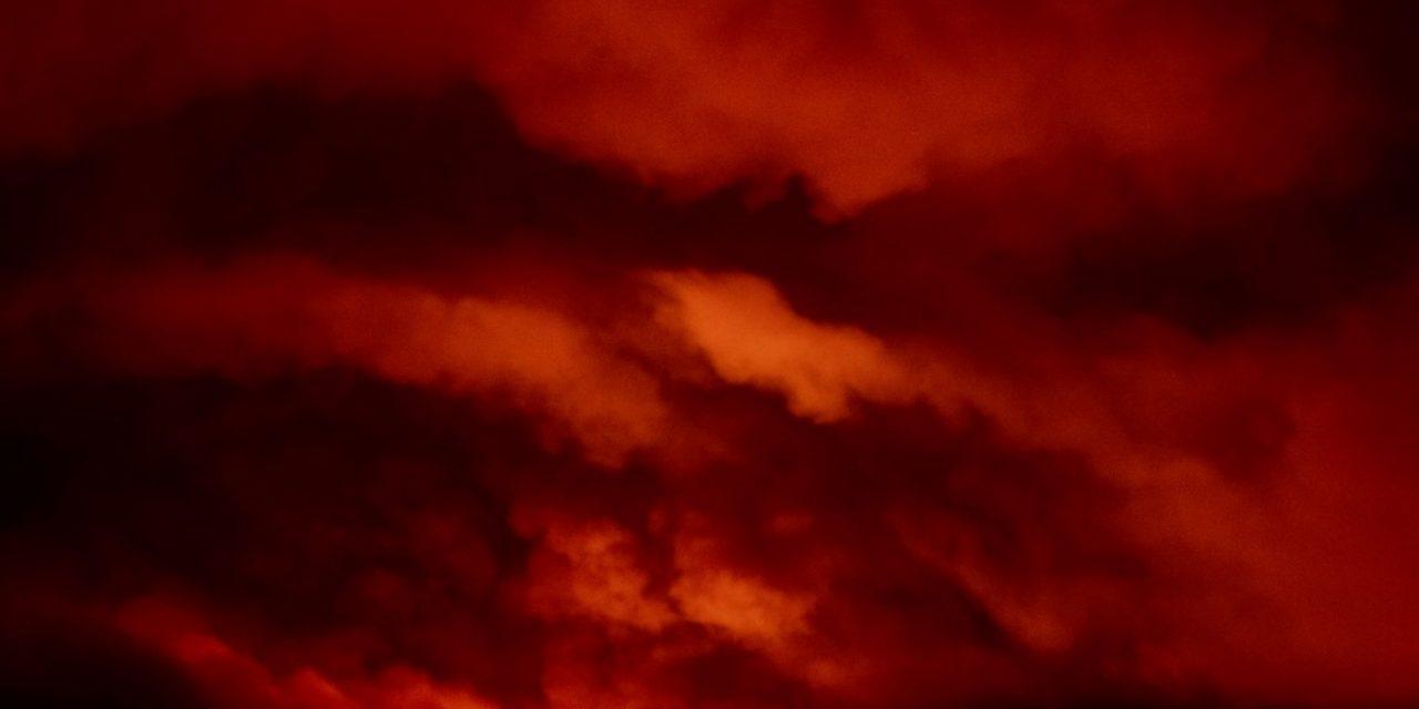 """<span class=""""entry-title-primary"""">Tempestades de fogo atingem a Costa Oeste americana</span> <span class=""""entry-subtitle"""">Enormes incêndios favorecidos por seca excepcional e calor extremo geram tempo severo próprio na Califórnia e Oregon</span>"""