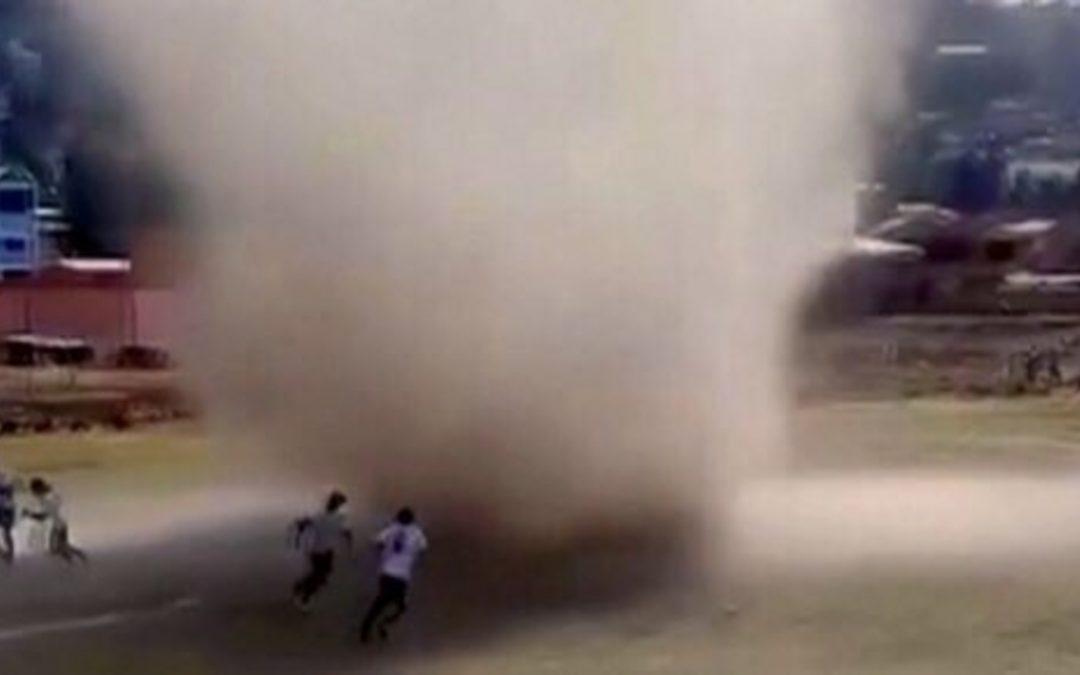 """Redemoinho """"engole"""" jogo de futebol na Bolívia Fenômeno ocorre com tempo aberto sob ar muito seco e quente"""