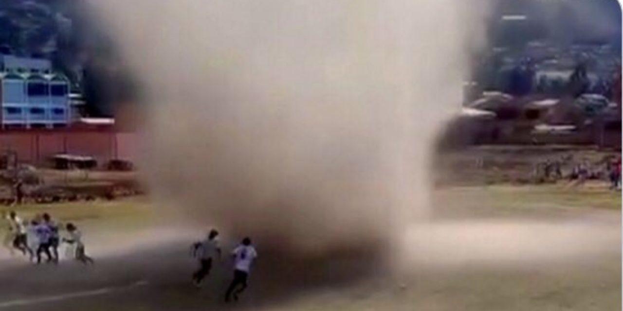 """<span class=""""entry-title-primary"""">Redemoinho """"engole"""" jogo de futebol na Bolívia</span> <span class=""""entry-subtitle"""">Fenômeno ocorre com tempo aberto sob ar muito seco e quente </span>"""