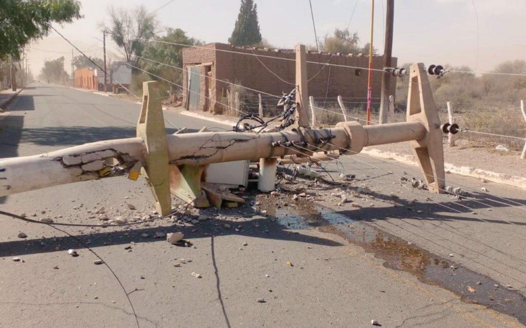Vento Zonda causa estragos na Argentina Intensas rajadas de vento provocaram destruição na rede elétrica de localidade da província de La Rioja neste sábado