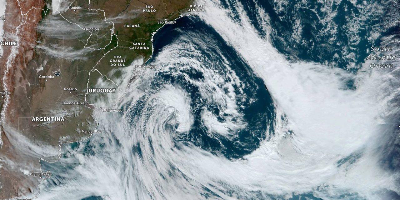 """<span class=""""entry-title-primary"""">Vento Minuano cede com afastamento de enorme ciclone</span> <span class=""""entry-subtitle"""">Vento dejxou centenas de milhares de gaúchos sem energia elétrica nas últimas horas e chegou a 130 km/h em Santa Catarina</span>"""