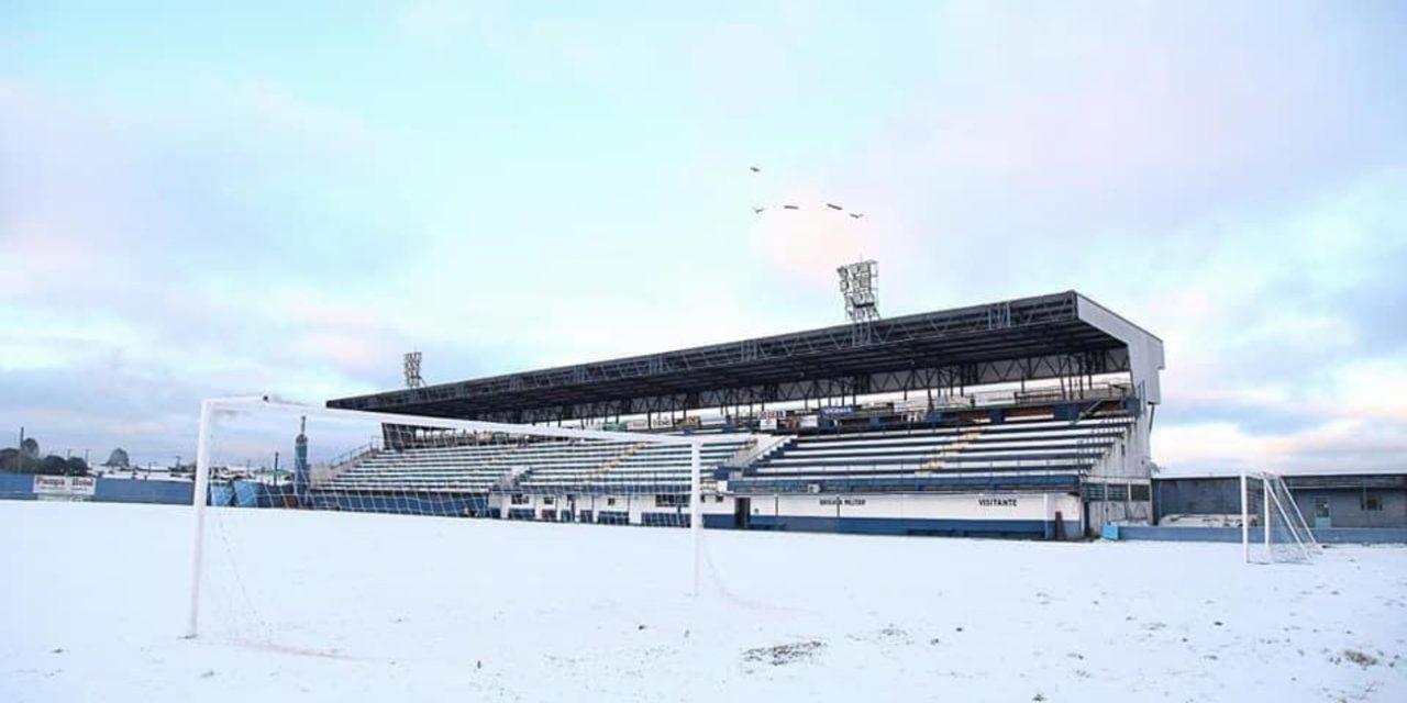 """<span class=""""entry-title-primary"""">A neve voltou a cruzar o caminho do futebol gaúcho</span> <h2 class=""""entry-subtitle"""">Estádios brancos e treinos sob a neve como não se via há muito tempo no futebol do Rio Grande do Sul </h2>"""