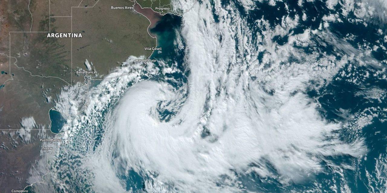 """<span class=""""entry-title-primary"""">Ciclone trará vento intenso e risco de transtornos</span> <h2 class=""""entry-subtitle"""">Vento perto ou acima de 100 km/h é esperado no Litoral Sul gaúcho e devem ser esperados cortes no serviço de energia elétrica em cidades do Sul e do Leste do Rio Grande do Sul </h2>"""