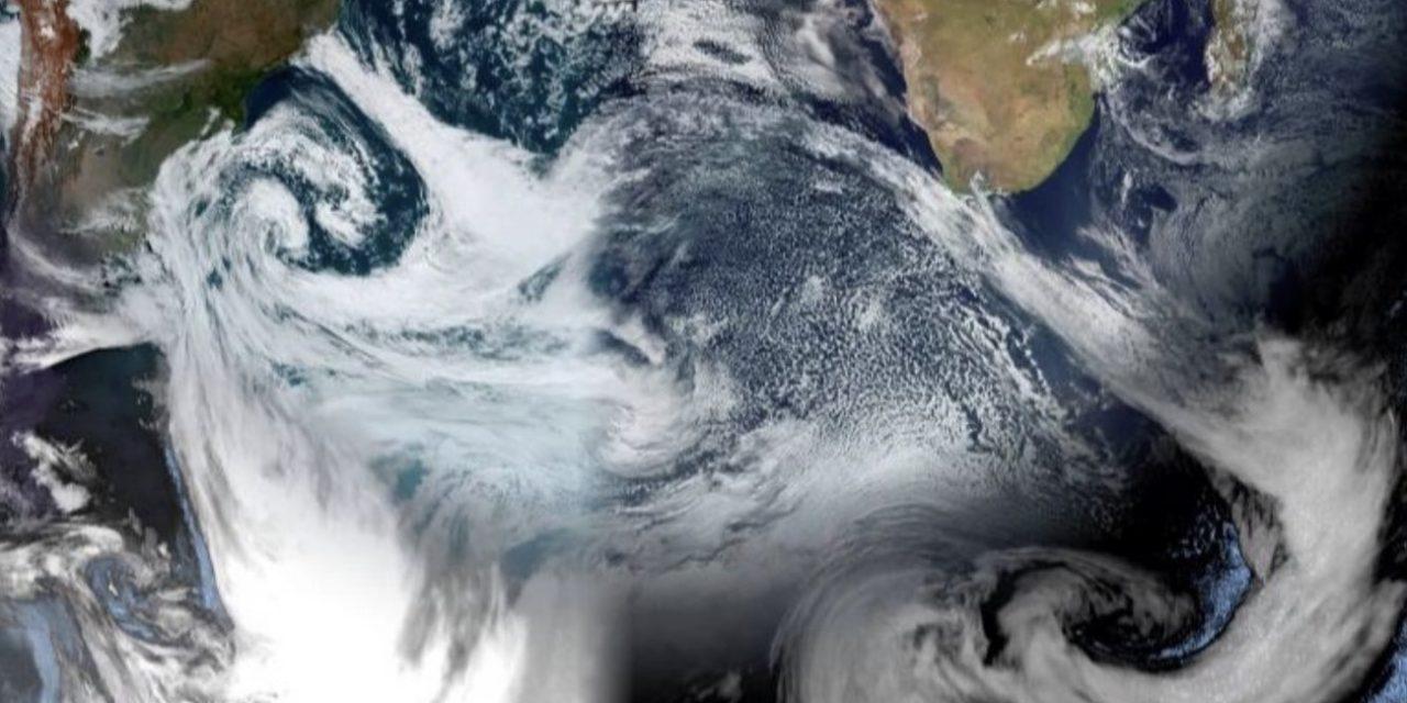 """<span class=""""entry-title-primary"""">Ciclone na costa brasileira encontra imenso ciclone ao Sul da África</span> <span class=""""entry-subtitle"""">Nebulosidade do enorme ciclone na costa do Brasil encontra a frente fria de um imenso ciclone muito ao Sul da África</span>"""