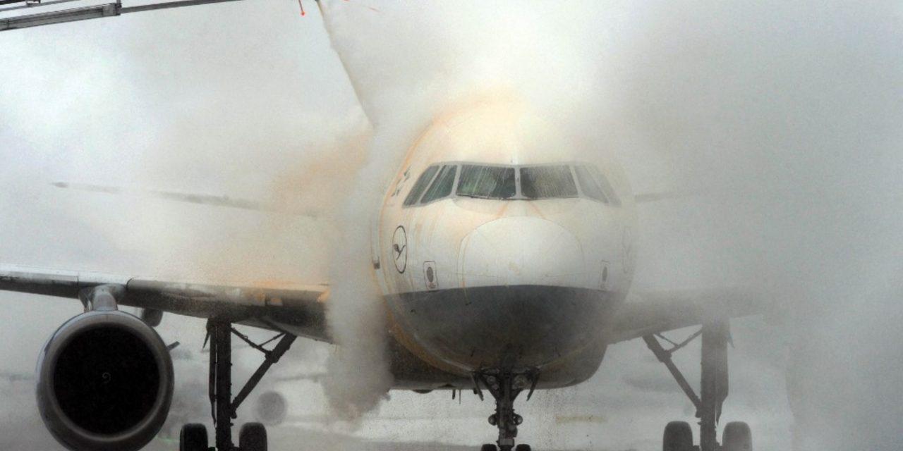 """<span class=""""entry-title-primary"""">Asas de avião congelam e voo para Porto Alegre é cancelado</span> <h2 class=""""entry-subtitle"""">Degelo de aeronaves é procedimento comum no inverno de países de clima frio e pouco frequente no Brasil </h2>"""