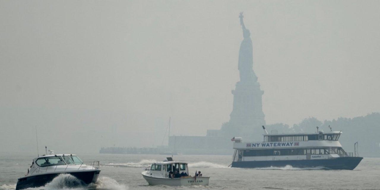"""<span class=""""entry-title-primary"""">Nova York com ares de Cuiabá</span> <h2 class=""""entry-subtitle"""">Céu acinzentado e coberto de fumaça em Manhattan surpreende moradores e força alertas de má qualidade do ar </h2>"""