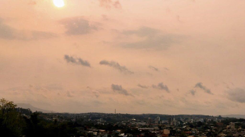 """<span class=""""entry-title-primary"""">Fumaça de queimadas cobre o Rio Grande do Sul</span> <h2 class=""""entry-subtitle"""">Moradores de muitas cidades do Rio Grande do Sul observaram o céu e o sol com tonalidade diferente hoje pela fumaça vinda da Amazônia e países vizinhos </h2>"""