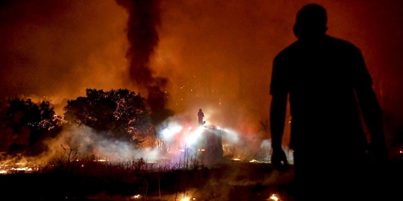 """<span class=""""entry-title-primary"""">Incêndios florestais alcançam Atenas</span> <h2 class=""""entry-subtitle"""">Grécia enfrenta uma onda de calor extremo com recordes de temperatura que provoca dezenas de incêndios florestais em diversas partes do país </h2>"""