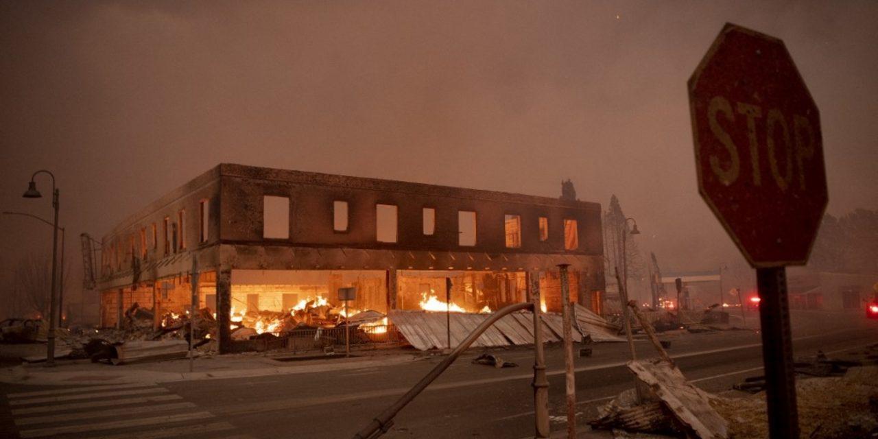 """<span class=""""entry-title-primary"""">Gigantesco incêndio florestal destrói cidade na Califórnia</span> <h2 class=""""entry-subtitle"""">Quase nada sobrou da pequena Greenville que amanheceu nesta quinta-feira em ruínas e cinzas fumegantes após ser engolida por uma tempestade de fogo do incêndio de Dixie</h2>"""