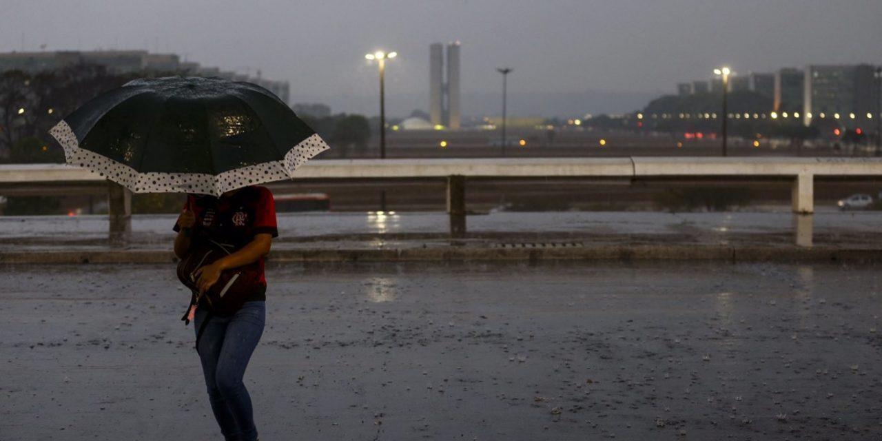 """<span class=""""entry-title-primary"""">O começo do fim da estação seca no Sudeste e no Centro-Oeste</span> <h2 class=""""entry-subtitle"""">Chuva atinge nos próximos dias cidades que não registram precipitação por meses no Centro do Brasil </h2>"""