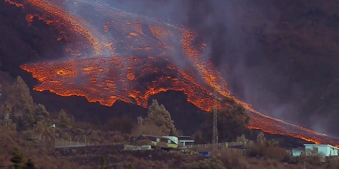 """<span class=""""entry-title-primary"""">Erupção do vulcão entra em nova fase com emissão de muita lava</span> <h2 class=""""entry-subtitle"""">Novo rio de lava que avança mais rápido se formou e magma se aproxima do mar com alerta de que pode emitir gases tóxicos. </h2>"""