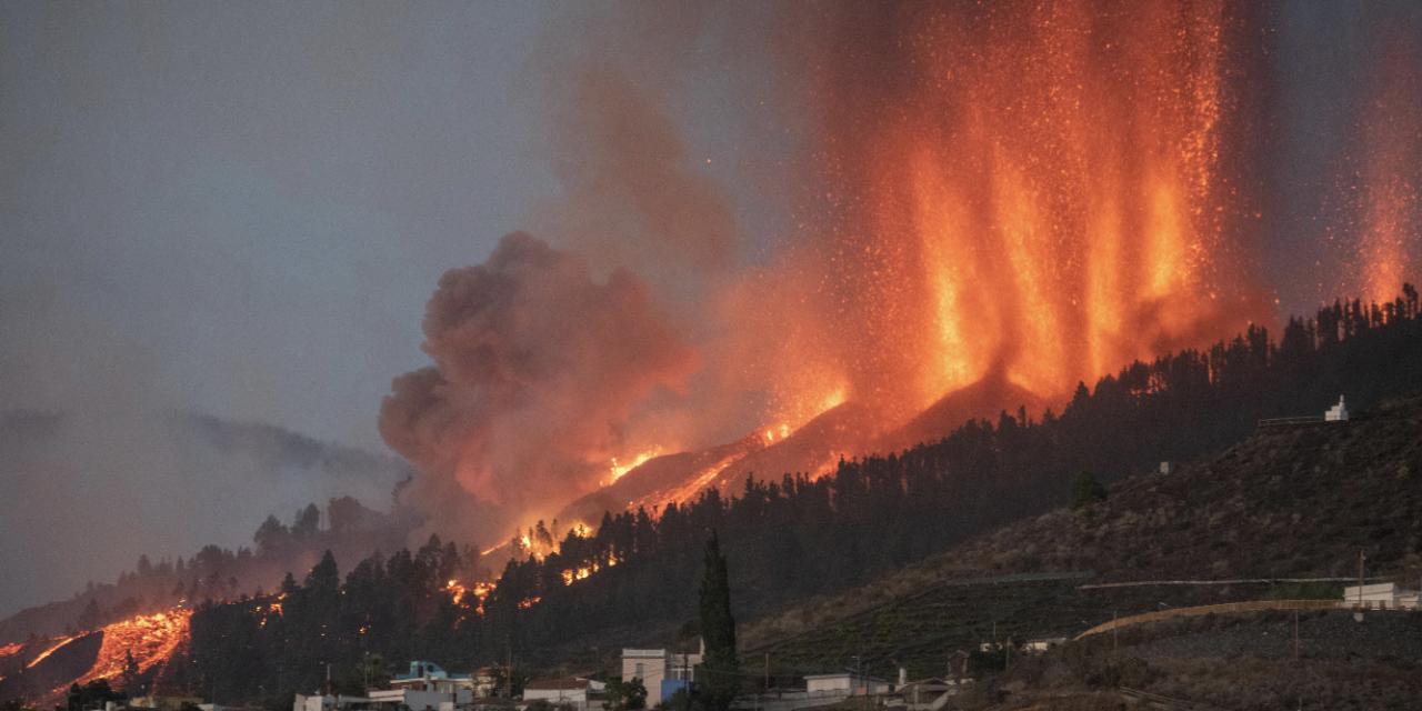 """<span class=""""entry-title-primary"""">Lava da erupção do vulcão em La Palma avança para o mar</span> <h2 class=""""entry-subtitle"""">Rios enormes de lava se movem lentamente em direção ao mar após o começo da erupção do Cumbre Vieja ontem nas Ilhas Canárias</h2>"""