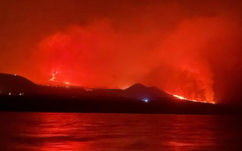 """<span class=""""entry-title-primary"""">Lava do vulcão Cumbre Vieja chega ao mar em La Palma</span> <h2 class=""""entry-subtitle"""">Imprensa de La Palma e autoridades divulgavam no começo da noite desta terça as primeiras imagens da chegada da lava ao Oceano Atlântico</h2>"""