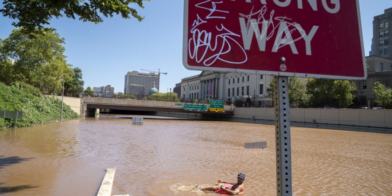 """<span class=""""entry-title-primary"""">130 bilhões de litros de água caíram em cinco horas em Nova York</span> <h2 class=""""entry-subtitle"""">Mais de 40 mortos pela chuva no Nordeste dos Estados Unidos que enfrenta um dos maiores desastres da história da região</h2>"""