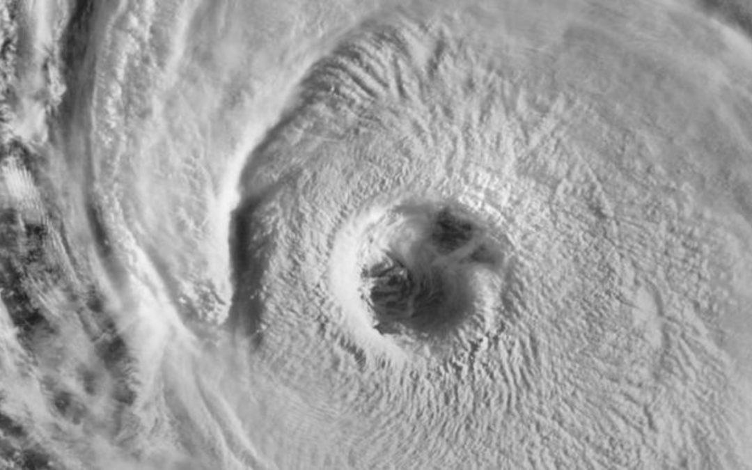 Mais um grande furacão traz ondas de até 15 metros no Atlântico Furacão Larry gera um enorme swell no oceano que atingirá a costa Leste dos Estados Unidos e pode chegar a estados do Norte do Brasil