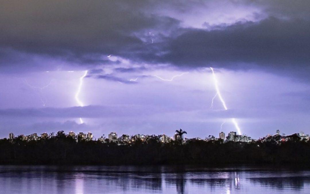 MetSul reforça alerta sobre muitos raios e intensas trovoadas Feriado desta terça-feira e a quarta serão marcados no Rio Grande do Sul por tempo severo e alta frequência de raios