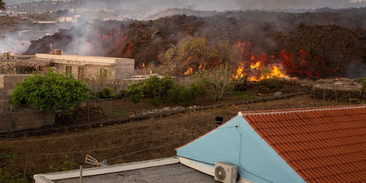 """<span class=""""entry-title-primary"""">Vulcão abre nova boca e parede de lava avança sobre casas</span> <h2 class=""""entry-subtitle"""">Uma nova boca da erupção do vulcão passou a expelir lava em La Palma e que agora avança sobre casas e prédios </h2>"""