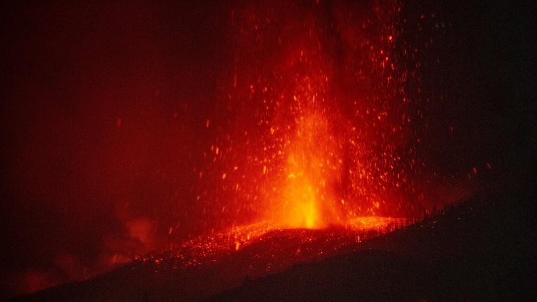 """<span class=""""entry-title-primary"""">Área coberta por lava do vulcão cresce 50% em apenas doze horas em La Palma</span> <h2 class=""""entry-subtitle"""">Nova boca que expele magma fez crescer muito a área coberta por lava da erupção do vulcão na ilha de La Palma </h2>"""