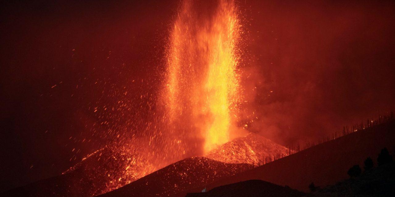 """<span class=""""entry-title-primary"""">Cresce a erupção do vulcão Cumbre Vieja em La Palma</span> <h2 class=""""entry-subtitle"""">Coluna de cinzas do vulcão já alcança quase cinco quilômetros de altura e já há reflexos no tráfego aéreo local</h2>"""