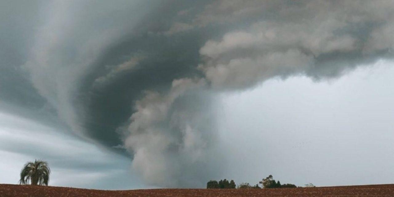 """<span class=""""entry-title-primary"""">Supercélula de tempestade é registrada no interior gaúcho</span> <h2 class=""""entry-subtitle"""">Grande nuvem de tempestade com rotação se formou sob ambiente favorável de padrão divergente de vento na atmosfera sobre o Centro do Rio Grande do Sul. </h2>"""