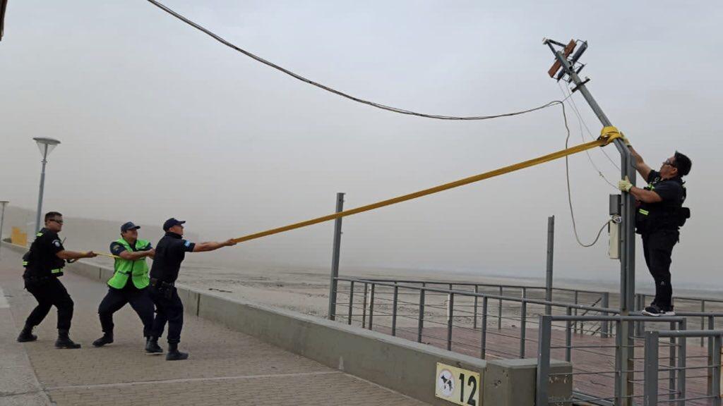 Vento com força de furacão provoca estragos na Argentina Região Sul da Argentina enfrenta neste domingo um dos piores dias de vento de sua história recente com falta de luz, queda de postes e muitos destelhamentos