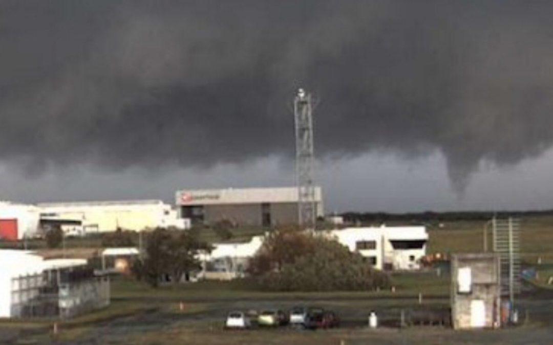 Tornado atinge o aeroporto da cidade australiana de Brisbane Mesma região da Austrália teve na terça-feira granizo gigante com tamanho jamais visto antes no país e recorde