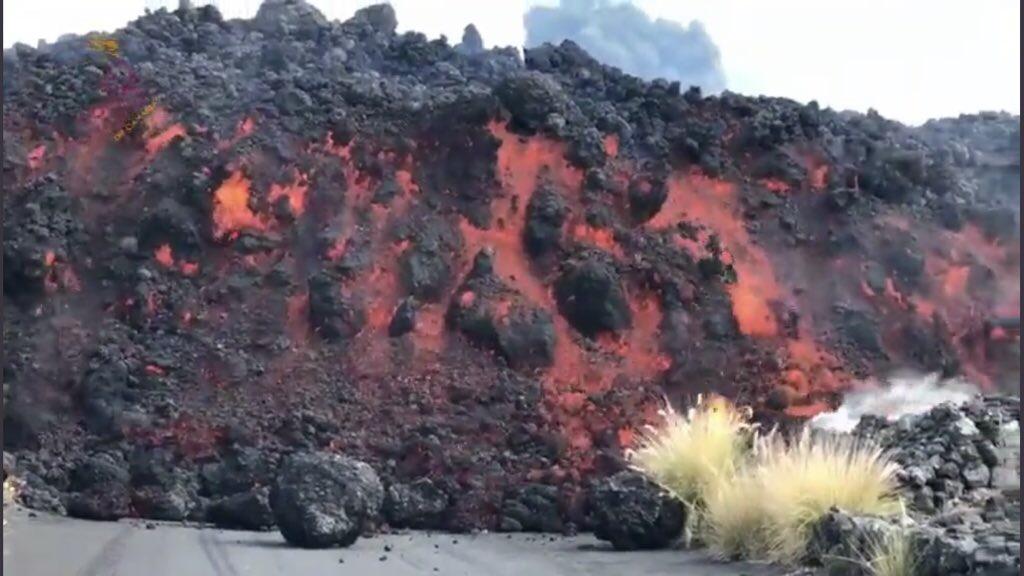 """<span class=""""entry-title-primary"""">Cientistas enfrentam bombas de lava na erupção de La Palma</span> <h2 class=""""entry-subtitle"""">Parte do cone do vulcão desabou e domingo teve a madrugada de mais ruídos e vibrações com as explosões e enormes paredes de lava avançando pela ilha</h2>"""