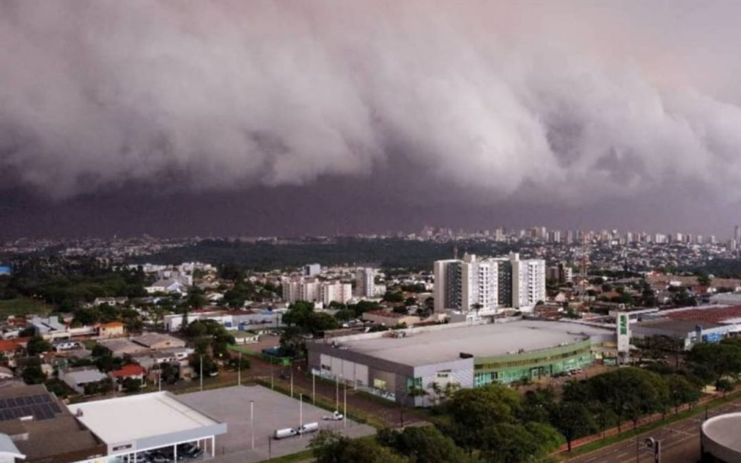Tempestade faz estragos em Foz, Londrina, Cascavel e outras cidades do Paraná Vendavais e granizo deixam danos neste sábado em diversos municípios do Paraná e temporais avançam para o Mato Grosso do Sul e São Paulo