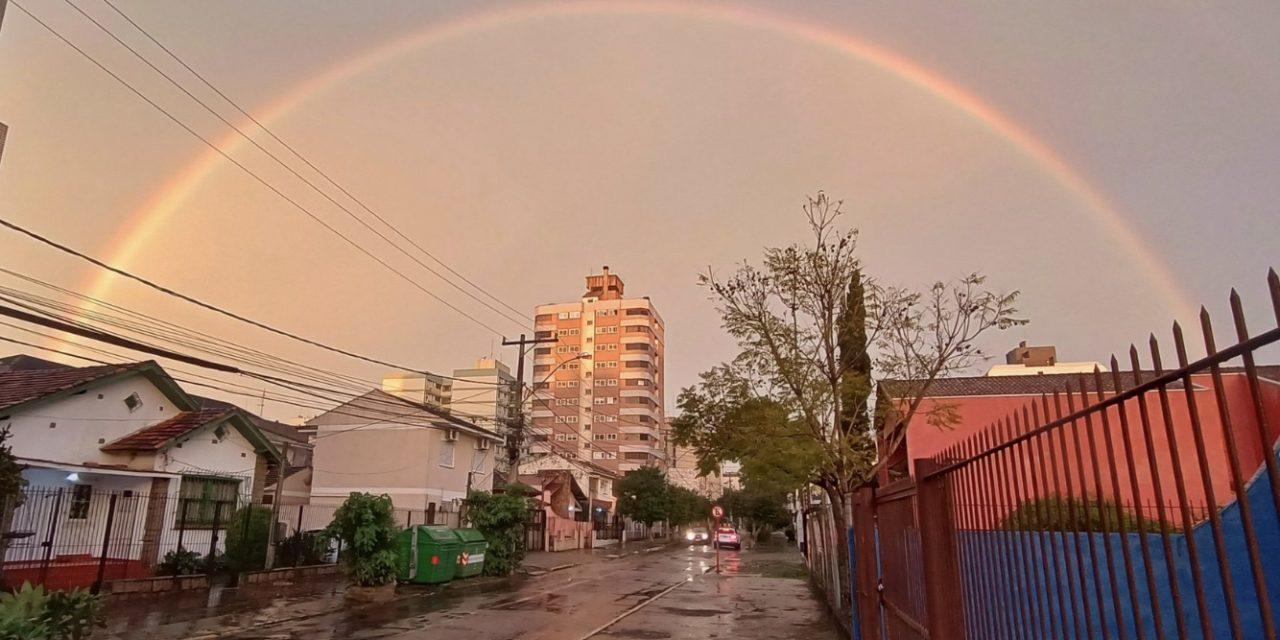 """<span class=""""entry-title-primary"""">As cores no céu da Grande Porto Alegre</span> <h2 class=""""entry-subtitle"""">Arco-íris que se formou no fim da tarde desta segunda-feira chamou a atenção em Porto Alegre e outras cidades da região metropolitana  </h2>"""