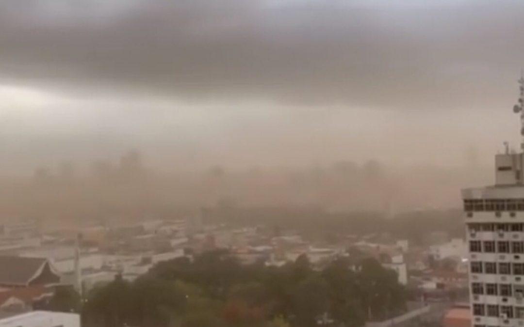 Nova tempestade de poeira no Centro-Oeste do Brasil Município de Rondonópolis foi tomado pela poeira na manhã deste domingo com a ventania de uma frente fria
