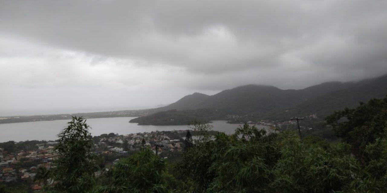 """<span class=""""entry-title-primary"""">Ninguém aguenta mais tanta chuva em Florianópolis</span> <h2 class=""""entry-subtitle"""">Capital catarinense tem um feriado marcado pela chuva persistente em período muito prolongado de instabilidade </h2>"""