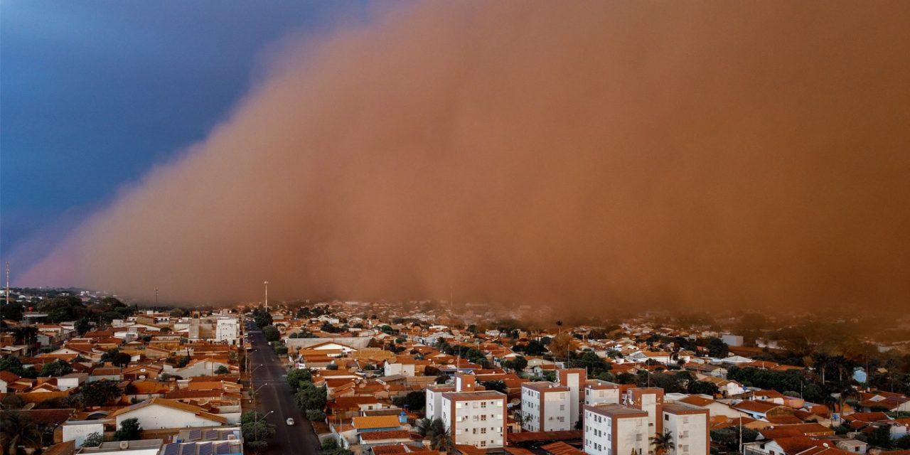 """<span class=""""entry-title-primary"""">Nova tempestade de areia causa estragos e traz medo no interior de São Paulo</span> <h2 class=""""entry-subtitle"""">Interior do estado de São Paulo é atingido pela segunda tempestade de areia em menos de uma semana com destelhamentos, queda de árvores e outros danos</h2>"""